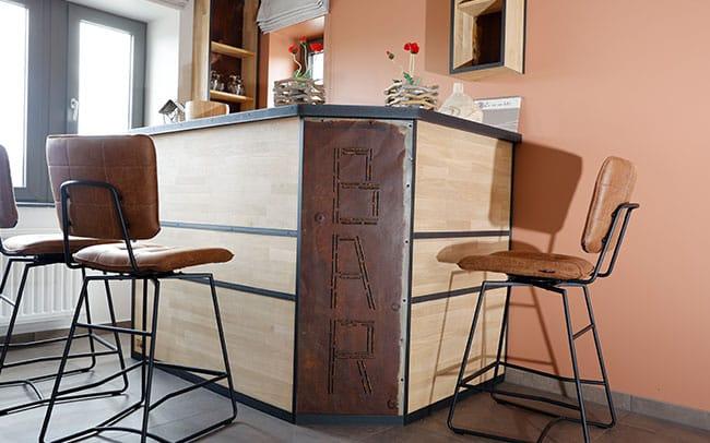 Image de la grande table, utile pour les réceptions organisées au Balad'Daims